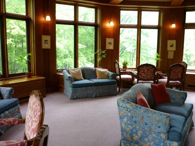 自然光の入る「中禅寺金谷ホテル」の1階ロビー