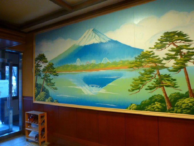 玄関ホールには「富士山ペンキ絵」