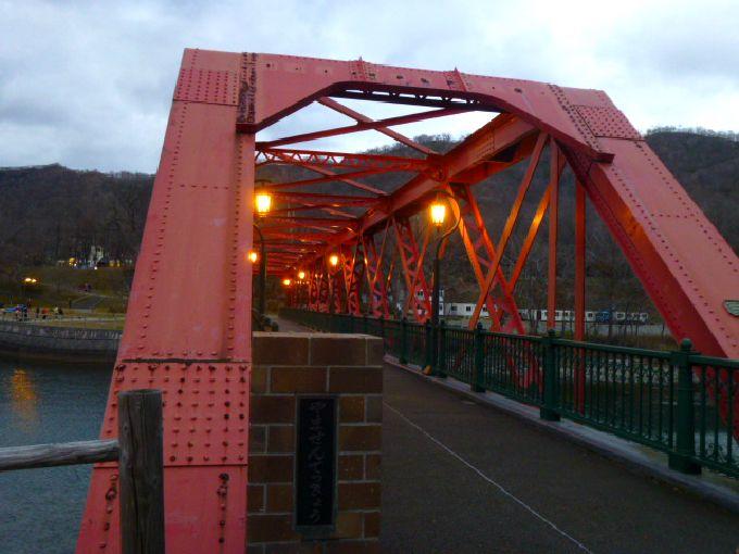 夕方には「山線鉄橋」にガス灯が燈る