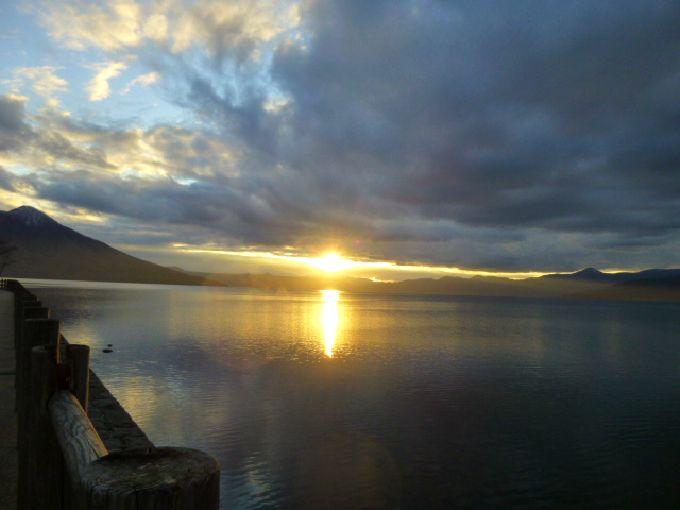 透明度の高い支笏湖の夕景