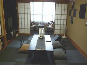 くっ、黒い!炭ルームの癒しと食パワー「旅の宿 丸京」鬼怒川温泉・栃木