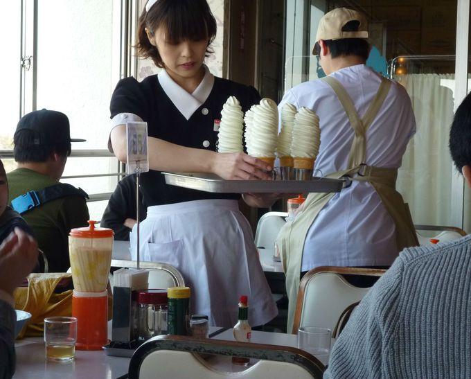 レトロ制服のお姉さんが運ぶのは、名物の10段ソフトクリーム