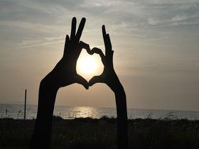 海辺の影絵アート!鹿児島「神川ビーチ 影絵の祭典」は夕陽スポット