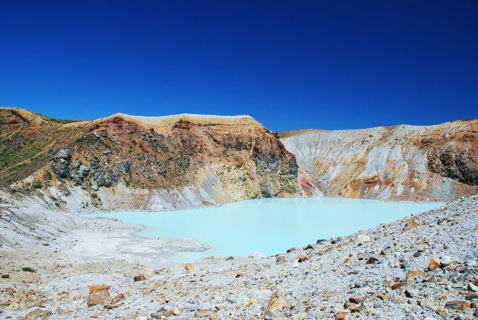 まるで別の惑星!? エメラルドグリーンの神秘的な湖・草津白根山「湯釜」