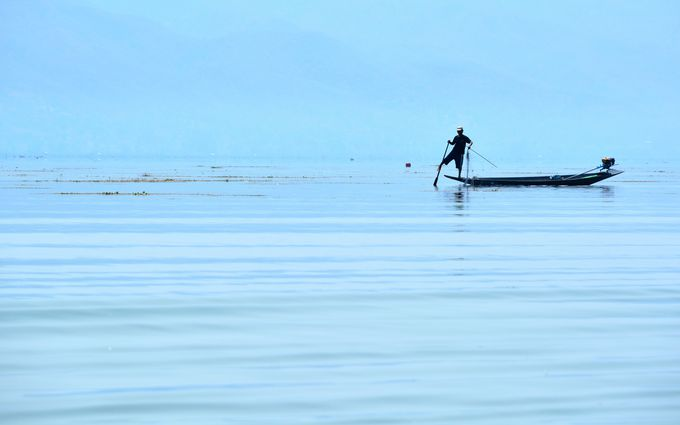 インレー湖名物!インダー族の立ち漕ぎ漁