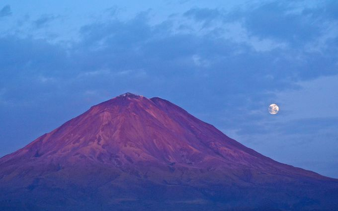 まるで富士山!町中から6000m級アンデスの山並み