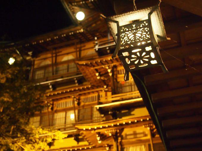夜の撮影名所(?)金具屋旅館のライトアップ