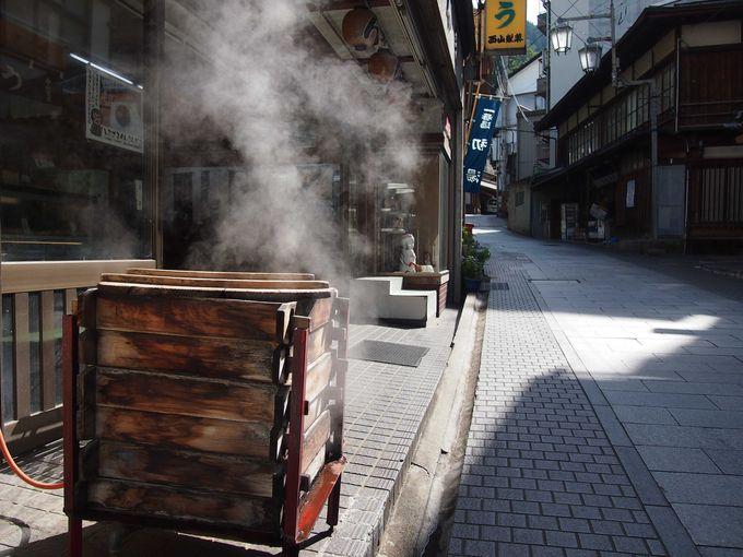 蒸したての温かい温泉饅頭をいただく朝
