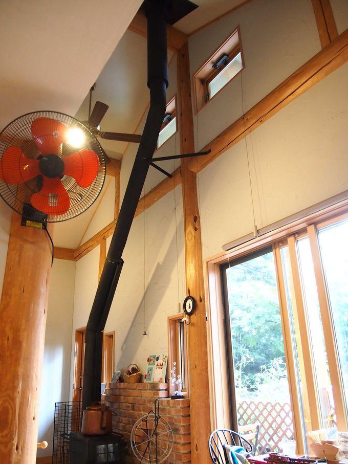 吹き抜けの天井にストーブが