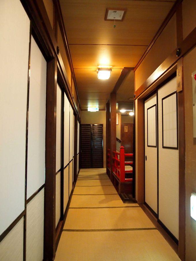 畳廊下に、障子と襖で仕切られた客室