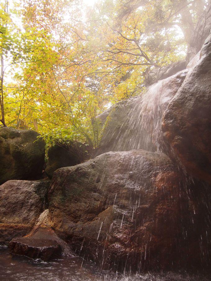 岩肌から落ちてくる温泉