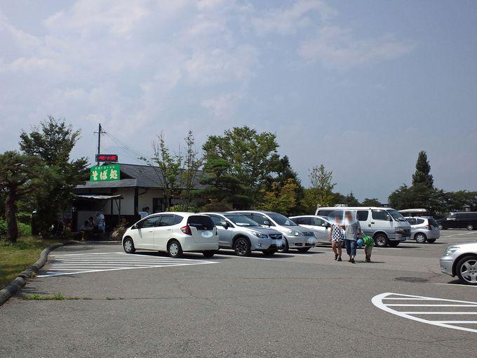 まさかここが!?道の駅の駐車場隅に佇む、おそばの名店!
