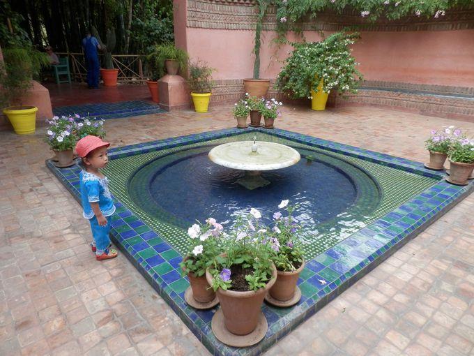 喧噪から一転、噴水が静かに迎えてくれるエントランス。