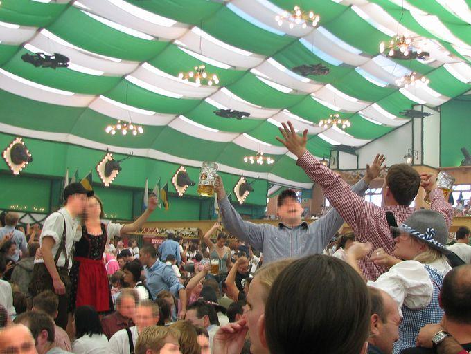 圧巻!1万人以上収容の大テントで、飲めや歌えの大騒ぎ!