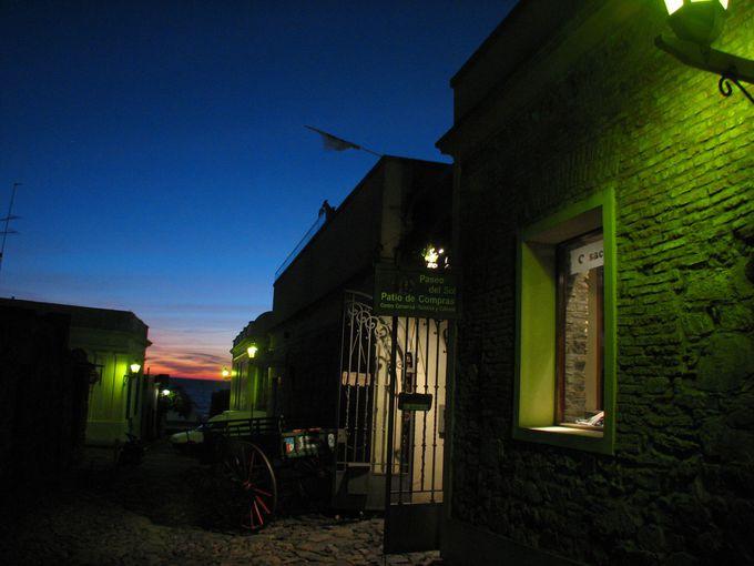 ロマンチックに街灯が浮かび上がる、夜のコロニア