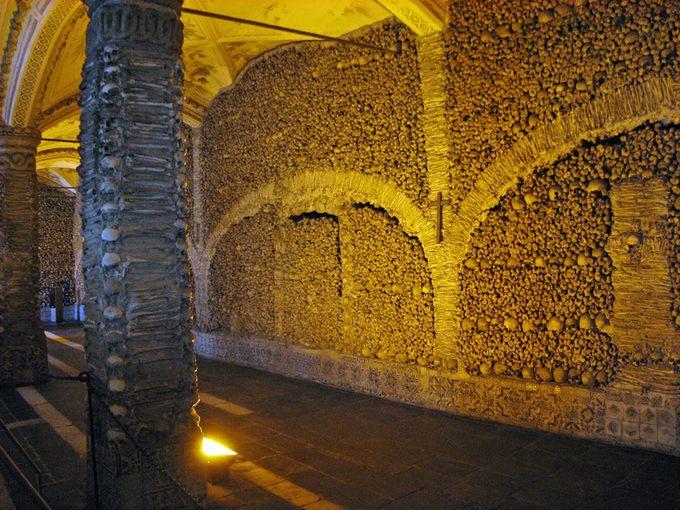 5000体の人骨がビッシリ!16世紀に建てられたエヴォラ骸骨礼拝堂!