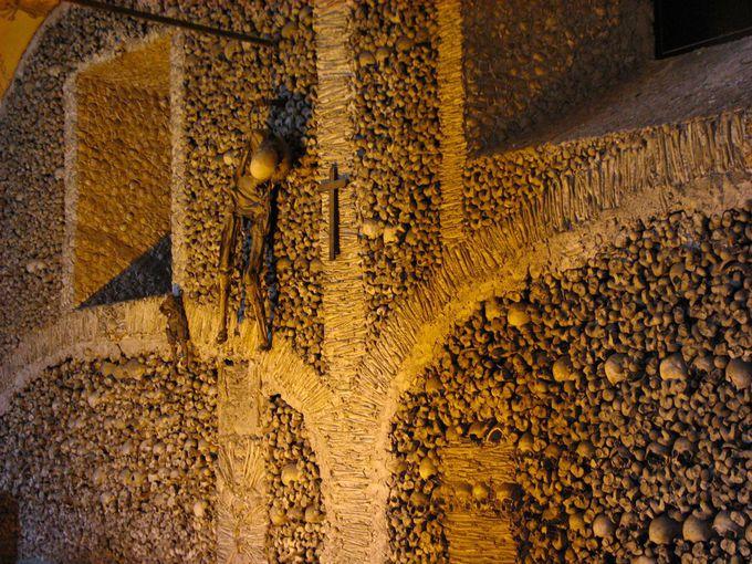 テーマは「メメント・モリ」、フランチェスコ修道会士の祈りの場所。