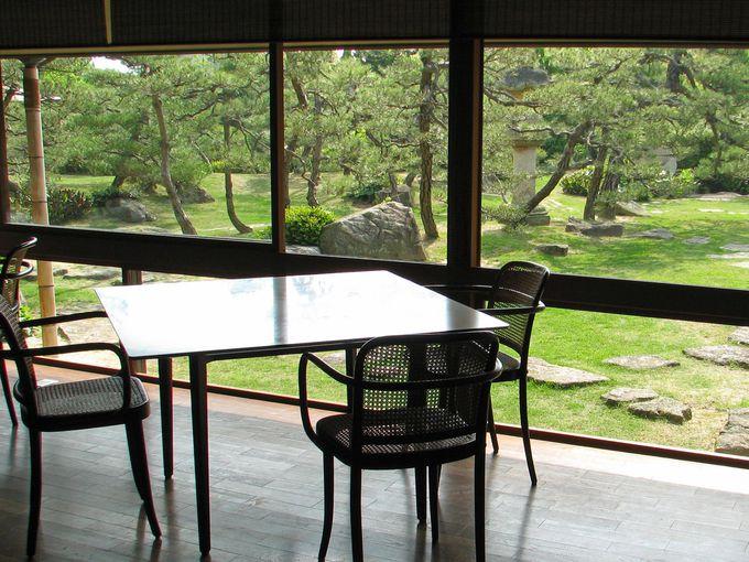 朝は、庭を見渡せる明るい食事処で麦粥やざる豆腐を。