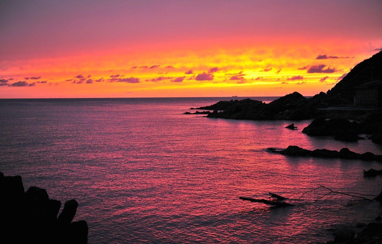 赤、オレンジ、青、紫…。夕焼けの色は、天候次第のお楽しみ!