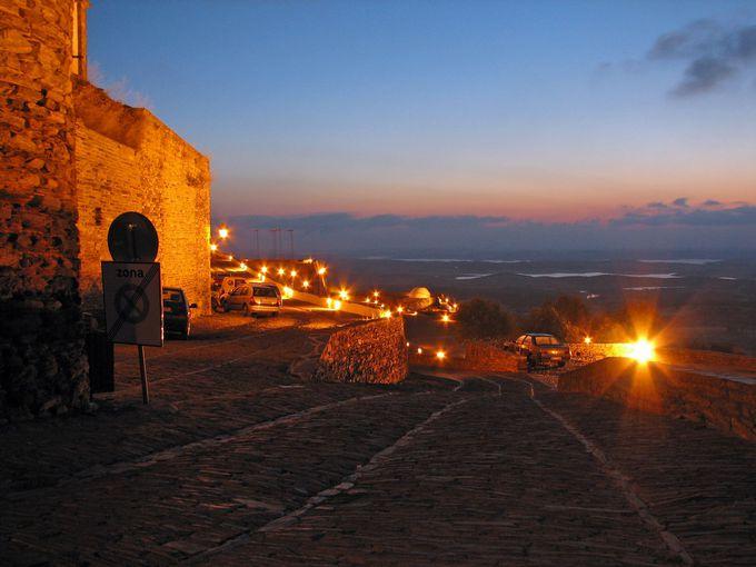 うっとりするような夜景。宿泊すれば、夜のモンサラーシュ村が見られる!
