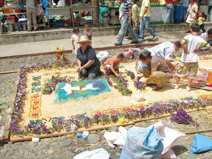 プロセシオンが通る道を彩る、美しい花の絨毯!
