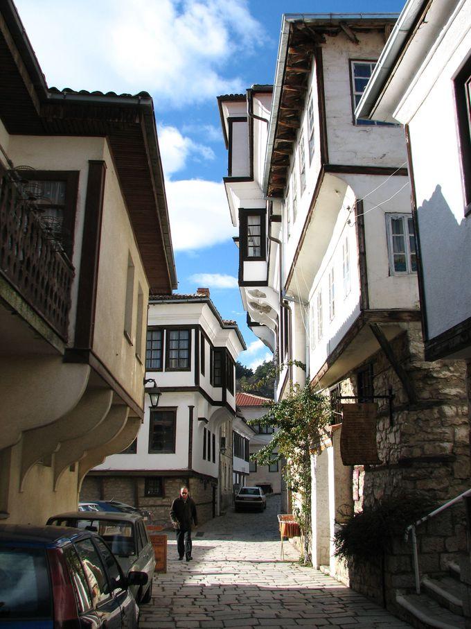 倒れてきそうでドキドキ!?マケドニアの伝統家屋!