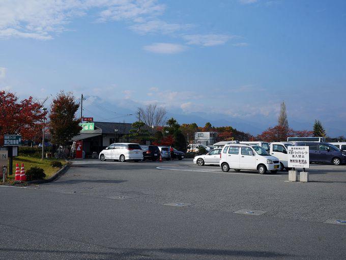 穴場の秘密は、「安曇野スイス村の駐車場の片隅」という立地!