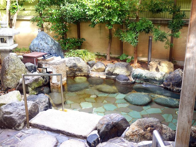 温泉は源泉かけ流し。手すりがあるので年配者も安心。