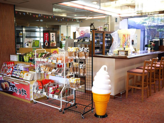大人も子どもも大喜び!昔懐かしいお土産&喫茶コーナー。