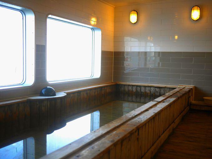 なんと展望風呂もあり!海を眺めながら桧風呂でゆったり