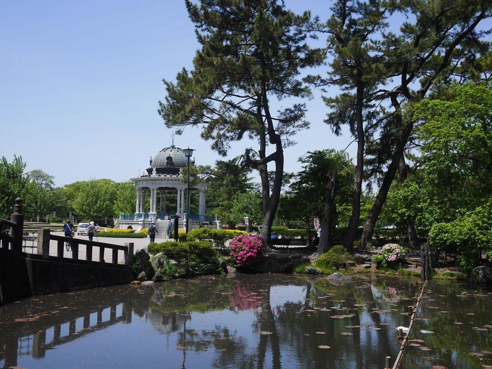 東側は池エリア。四季折々の水辺の景色が楽しめる。
