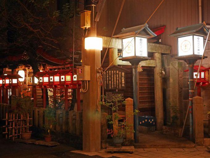 夜の円頓寺商店街で、温かい光を放つ金刀比羅神社