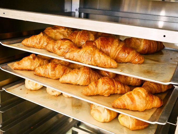 気分はパリジェンヌ!?朝食に並ぶ焼きたてパンがハイクオリティ