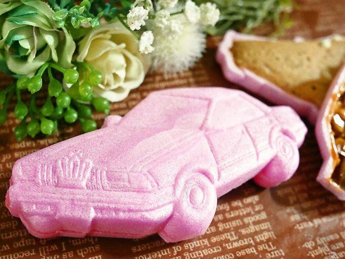これはかわいい!ピンク色のクラウンが3種のお菓子に