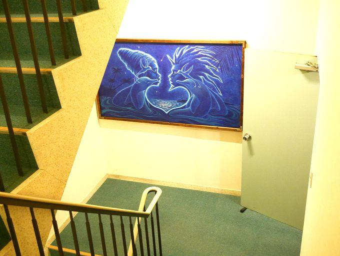 壁に、踊り場に、本棚に。アートが館内に溢れている!
