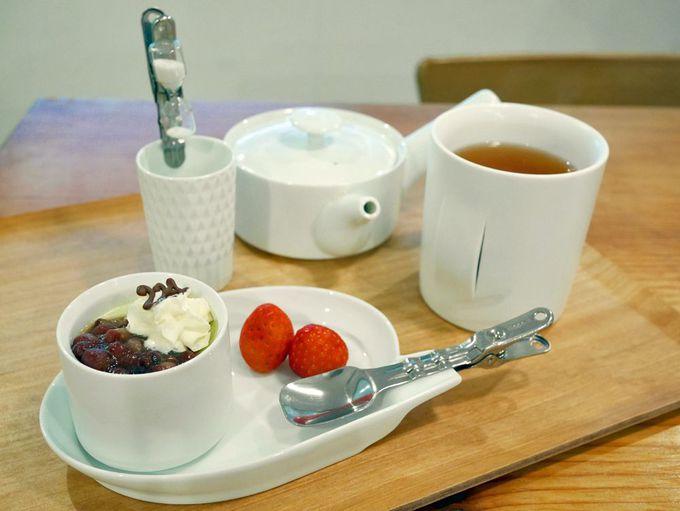 「224porcelain」の器で嬉野茶をいただける、1階のカフェ