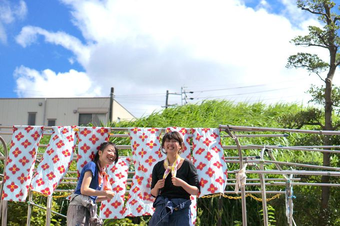 有松駅前、風に揺れる手ぬぐいが目印