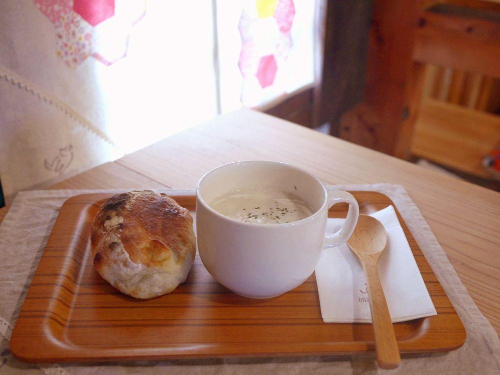 イートイン席あり。スープとパンで軽い食事もOK
