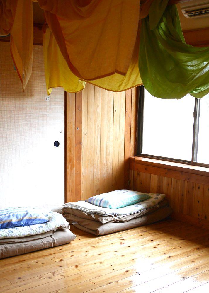 仕切りのあるドミトリーなら、1階の「おきゃくルーム」