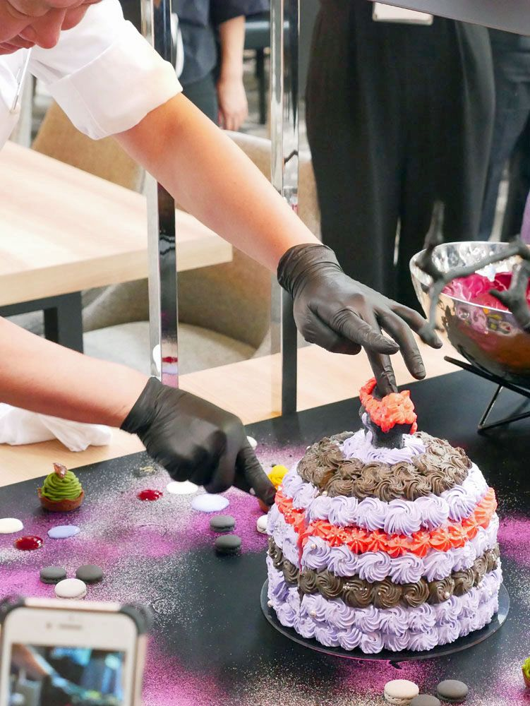 ヒルトン100周年!ベルベットケーキがドレスアップ