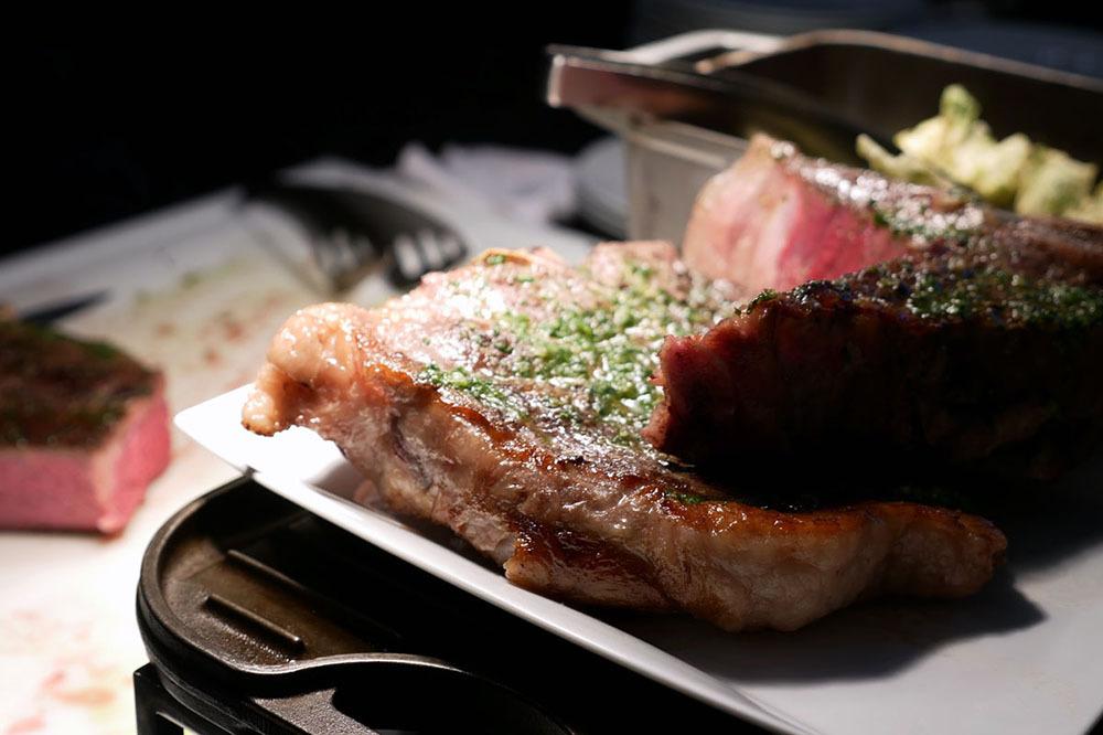 ボリューム満点の肉料理
