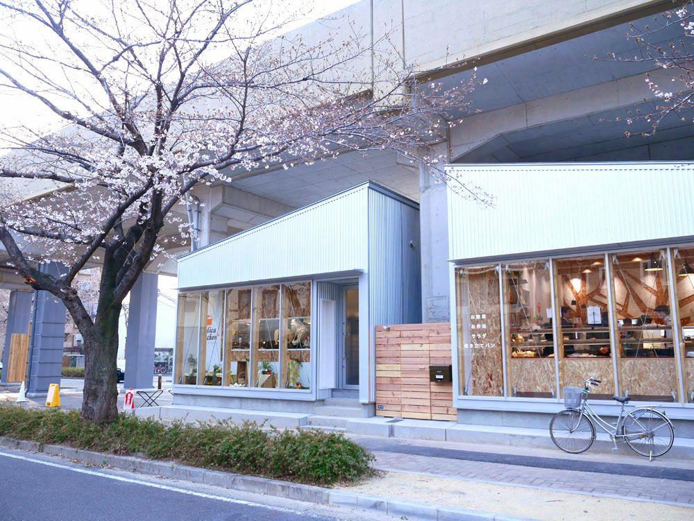 高架下に誕生したSAKUMACHI商店街