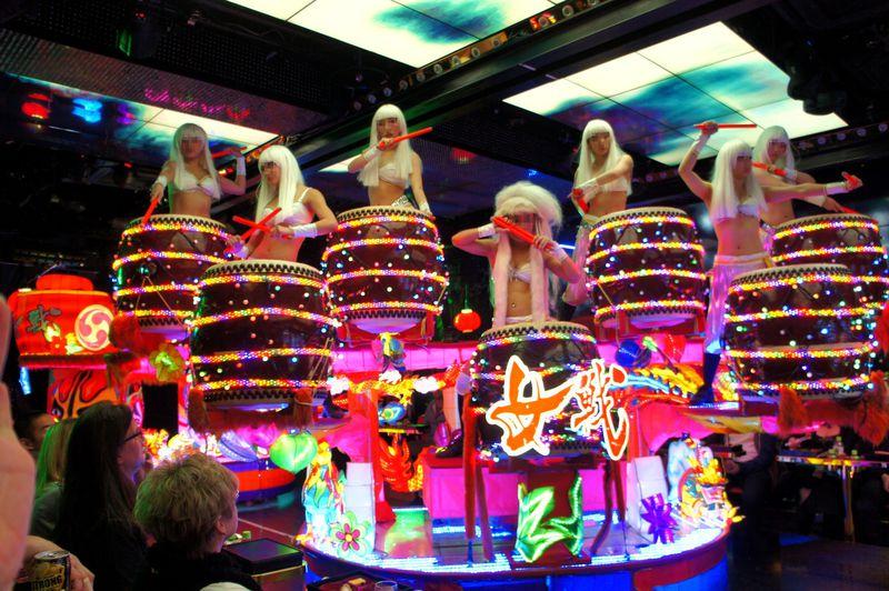 「女戦」がテーマの和太鼓でロボットショーのはじまり!