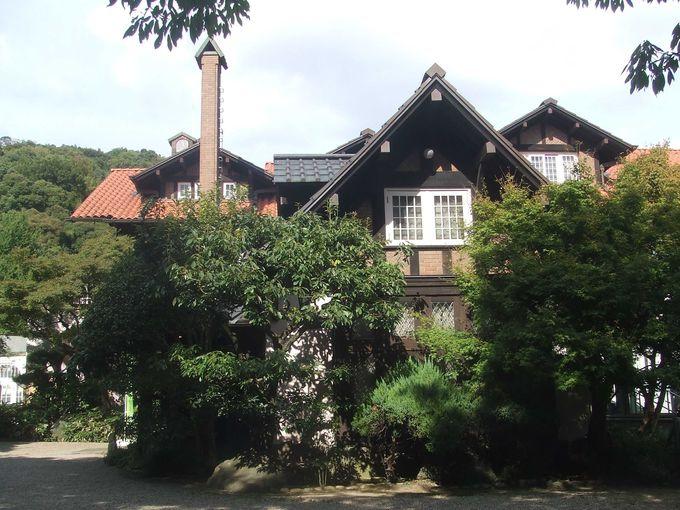 木造建築の山荘とコンクリート建築のコラボレーション。