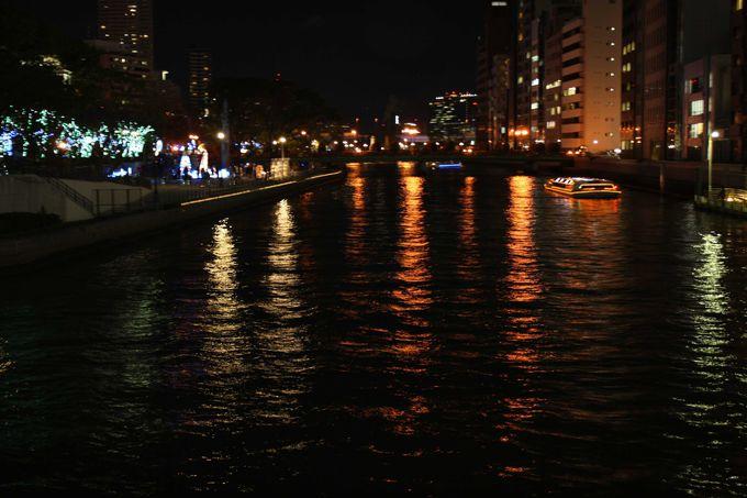 ライトアップした船で大阪をクルージング。