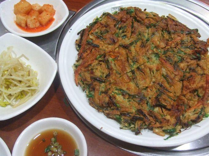 人気のお店「韓国食堂アリラン」のチヂミ。