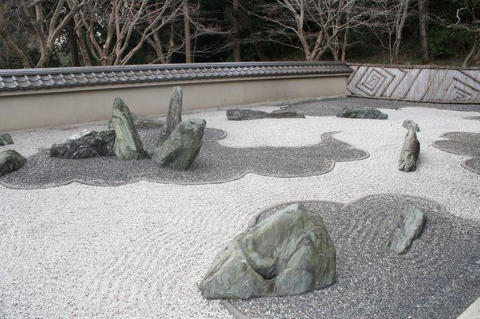 その二「龍の庭」に見るモダンなデザイン。ストーリー性のある石組み。