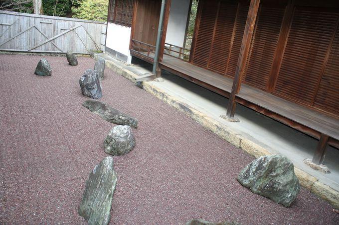 その三「不離の庭」。赤石使いが斬新なハイカラ庭園。