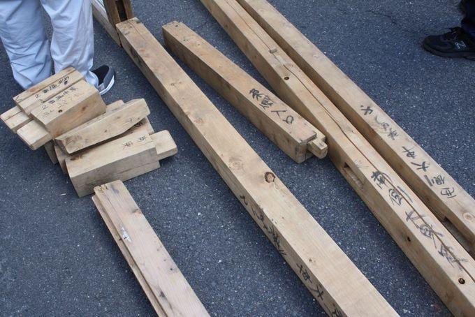 木の部材一つ一つに組立場所名を記して。