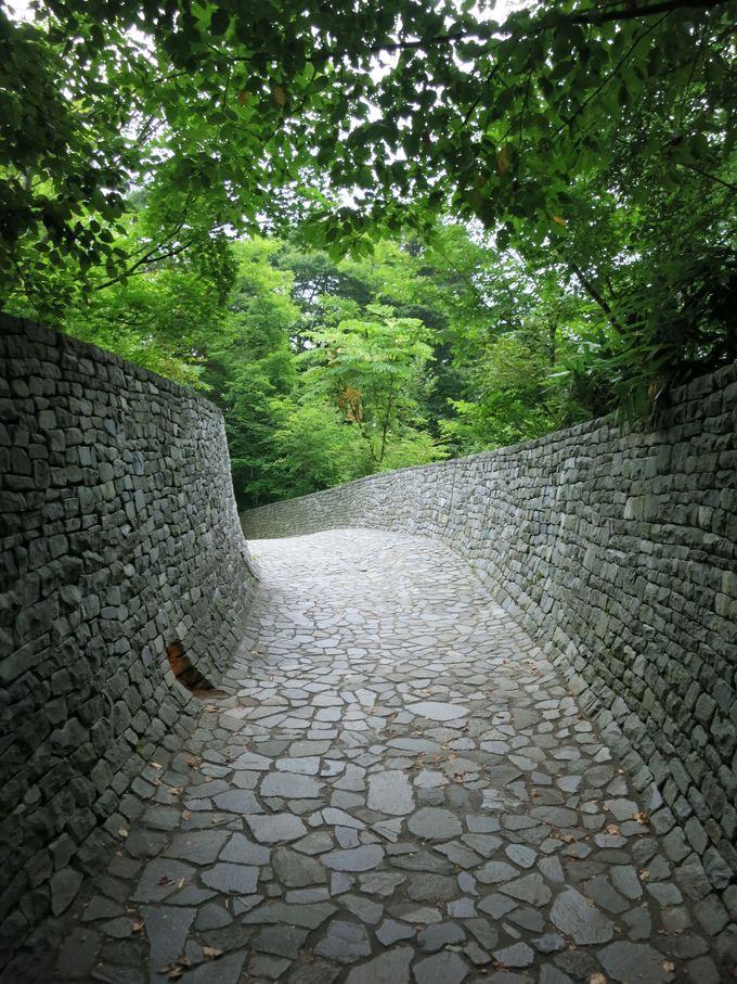 教会に向かうまでの道も石造り!